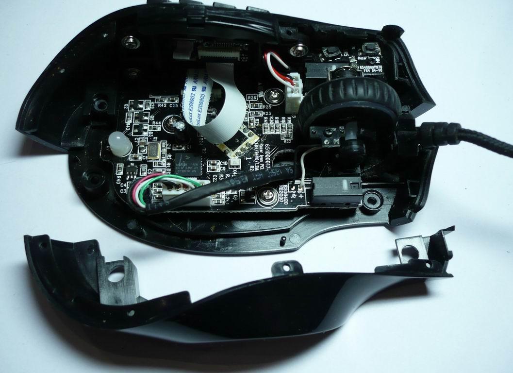 Рис. Собираем мышь Razer Naga, до закрепления материнской платы саморезами не забываем правильно уложить интерфейсный кабель. Заводская установка кабелей.