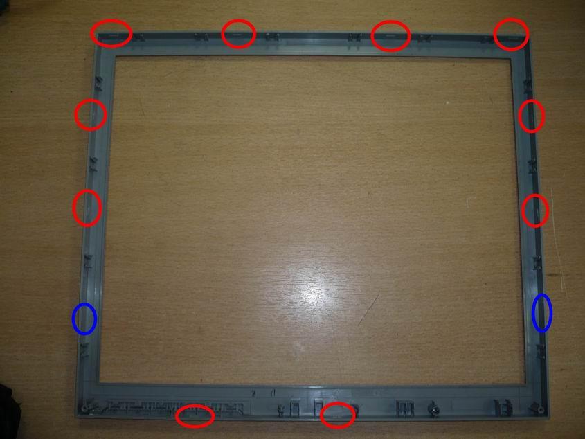 Снятая декоративная панель с отмеченными защелками. Синим, отмечены места, где защелки должны быть, но именно на этой панели отсутствуют.